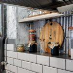 Индустриален интериорен дизайн на заведение Gelato & Latte, бели плочки с видими тухли и декорации, НП Архитекти