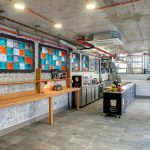 Индустриален интериорен дизайн на заведение Gelato & Latte, бели плочки с видими тухли и декорации, цветни стъклени тухли, видими инсталации, НП Архитекти