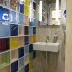 Интериорен дизайн на тоалетна с цветни стъклени тухлички, дървена обшивка на тавана във вила сауна от НП Архитекти