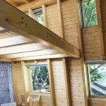 Интериорен дизайн с видими дървени покривни греди, покривни прозорци, дневна във вила сауна от НП Архитекти