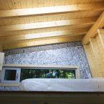 Интериорен дизайн с видими дървени покривни греди, покривни прозорци, спалня с гледка във вила сауна от НП Архитекти