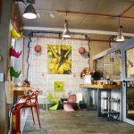 таван от видим бетон, лампи, декорации, цветни дизайнерски мебели, видими тухли, магазин Gelato & Latte, индустриален интериорен дизайн, НП Архитекти